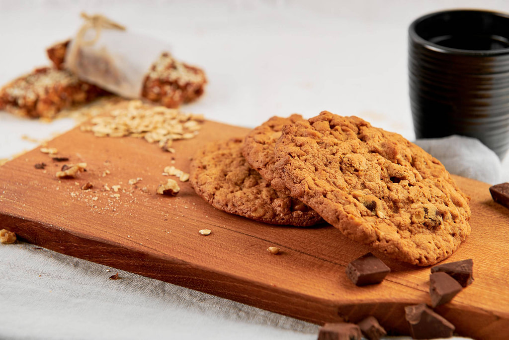 Chocolate chip havermoutkoek op houten plank