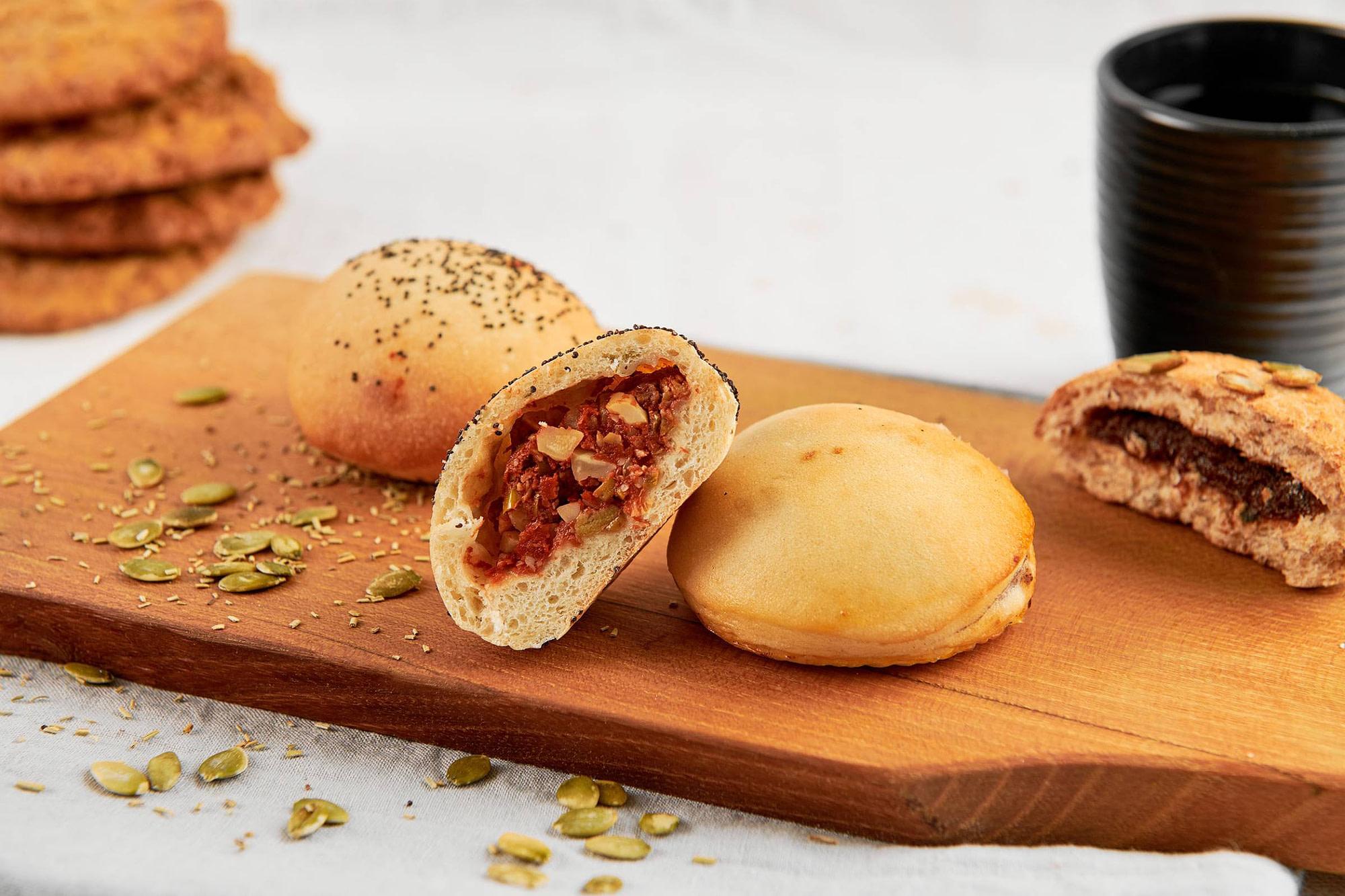 Kleine Brekky broodjes op houten plank